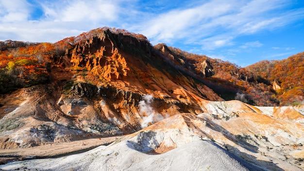 De herfstseizoen bij noboribetsu-vulkaan in hokkaido japan