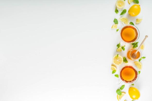 De herfstthee met munt en citroen met ingrediënten