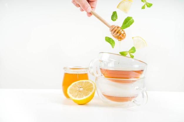 De herfstthee met munt en citroen vliegende ingrediënten