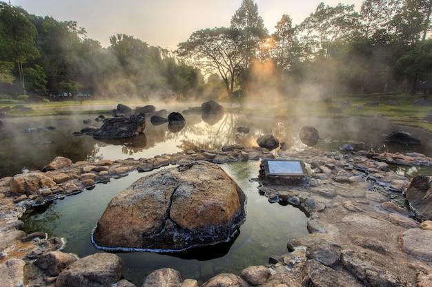 De hete lente van het milieu in zonsopgangtijd bij jaeson nationaal park in lampang-provincie, thailand