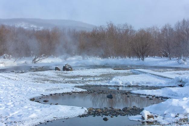 De hete minerale winter in het recreatiecentrum in het dorp malki op kamchatka