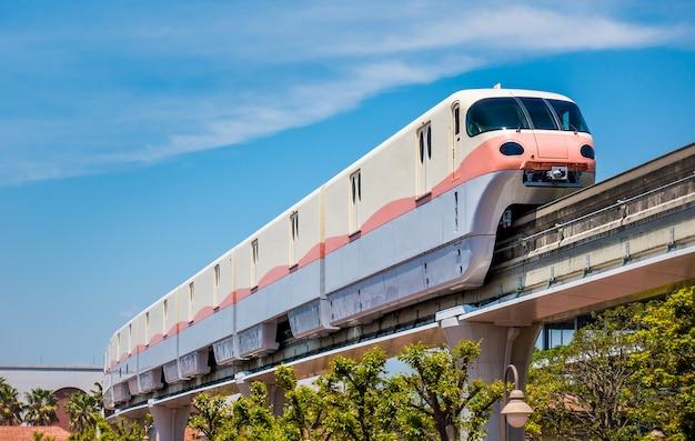 De high-tech monorail beweegt op spoor onder blauwe hemel