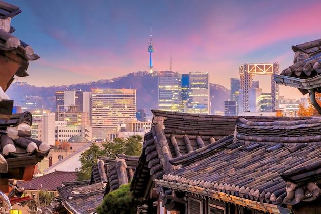 De historische wijk bukchon hanok in seoel, zuid-korea.
