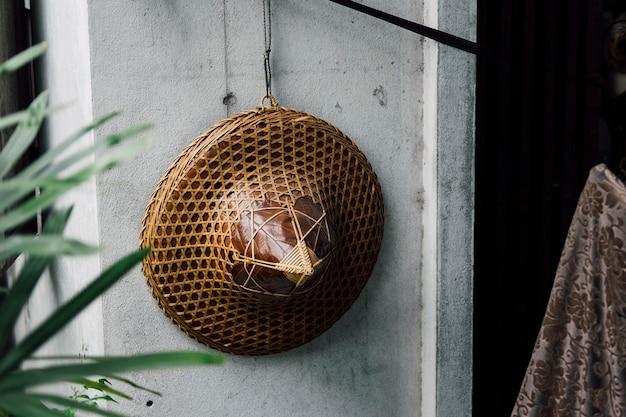 De hoed van vietnam het hangen op de muur