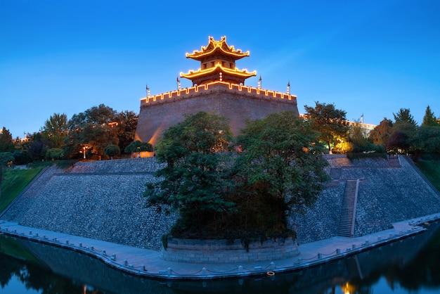 De hoektoren van de oude stadsmuur van de ming-dynastie werd gebouwd in 1374 in xi'an, china.