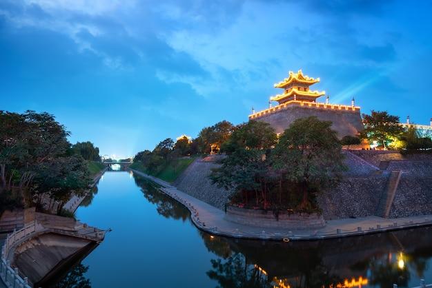 De hoektoren van de oude stadsmuur van de ming-dynastie