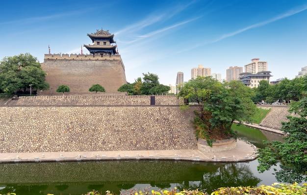 De hoektoren van de oude stadsmuur van xi'an werd gebouwd in 1374.
