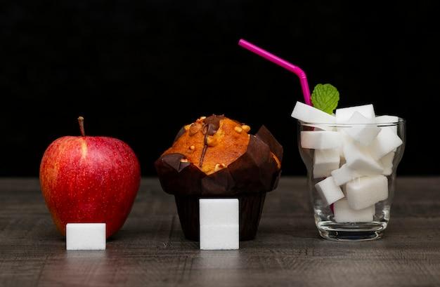 De hoeveelheid suiker in de appeltaart en drank, het beeld van de hoeveelheid suiker