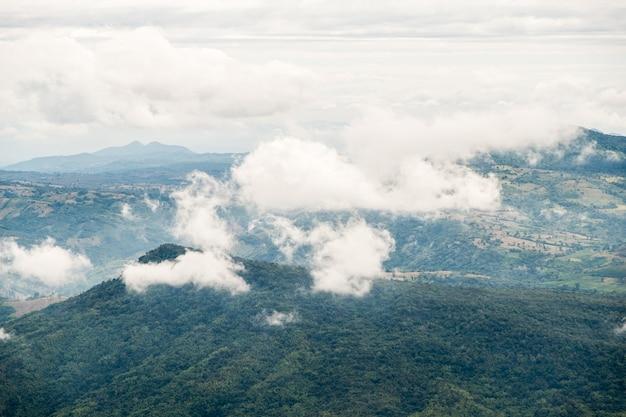 De hoge berg is in de vroege ochtend bedekt met het meest bewolkt