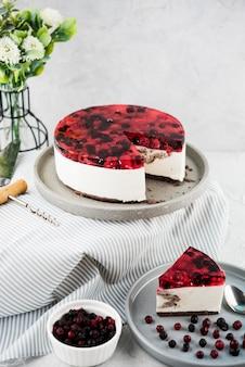 De hoge cake van de hoek fruitige gelei op plaat