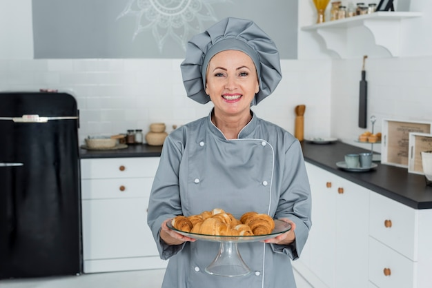 De hoge chef-kok van de hoekvrouw in keuken