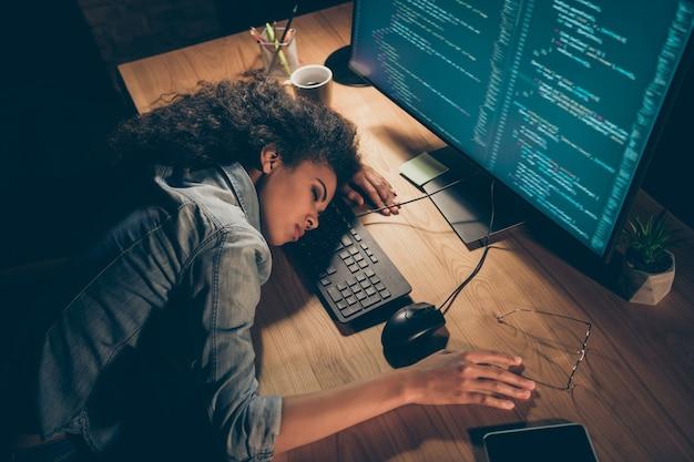 De hoge foto van de hoekmening van bedrijfsdame viel in slaap dichtbij monitor