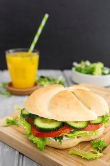 De hoge hoek van sandwich met defocused jus d'orange