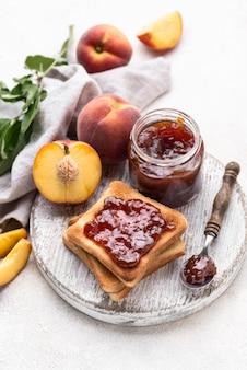 De hoge jam van het hoekfruit op brood