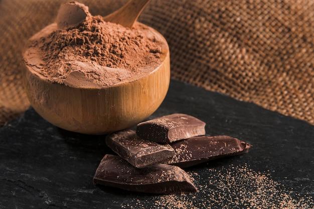 De hoge regeling van de hoek heerlijke chocolade op donker doekclose-up