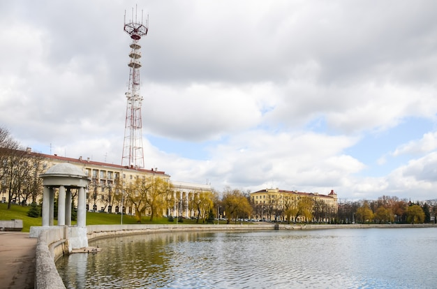 De hoge tv-toren in minsk. wit-rusland.
