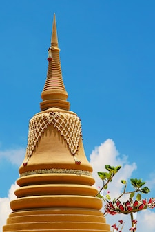 De hoge zandpagode is zorgvuldig gebouwd en prachtig versierd met het songkran-festival en de blauwe lucht