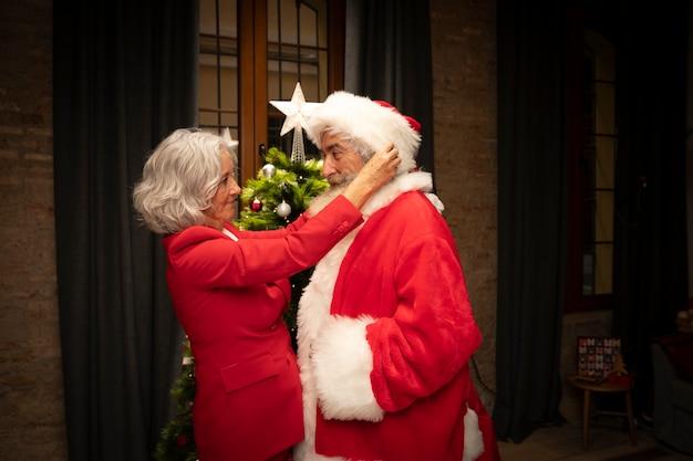 De hogere man van de vrouwenvestiging als kerstman