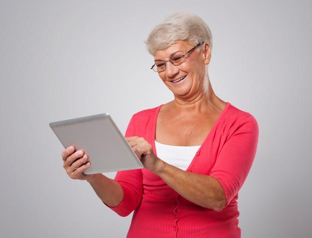 De hogere vrouw blijft op de hoogte van nieuwe technologie
