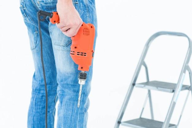 De holdingsboor van de arbeider voor stapladder