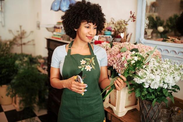 De holdingsbos van de vrouw van bloemen in winkel