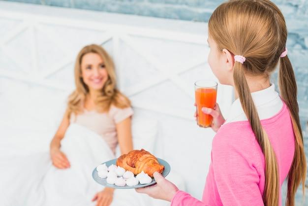 De holdingscroissant en sap van de dochter voor moeder