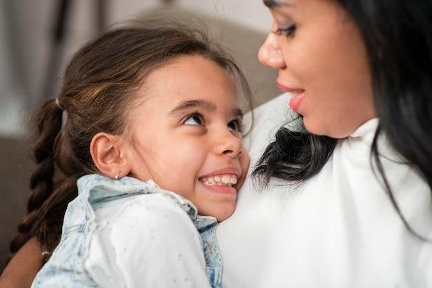 De holdingsdochter van de close-upmoeder als baby