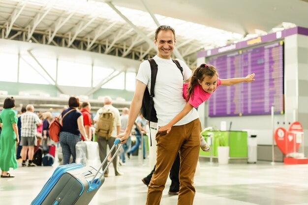 De holdingsdochter van de vader op rukah luchthaven.