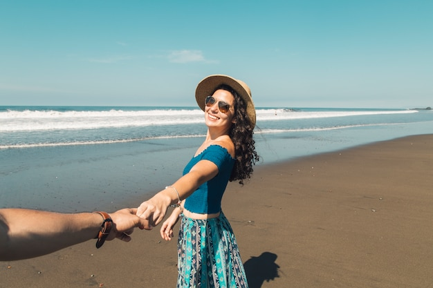 De holdingshanden die van het paar zich op strand bevinden