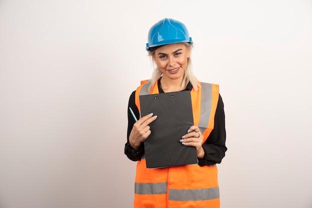 De holdingsklembord van de vrouwenarbeider op witte achtergrond. hoge kwaliteit foto