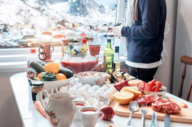 De holdingskop van de mens met sightseeingsmening in de winter en het voorbereiden van voedsel in kerstmis