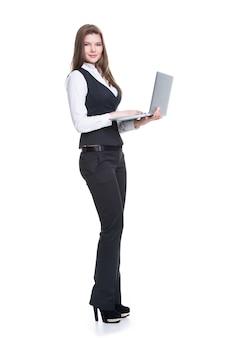 De holdingslaptop van de portret succesvolle jonge bedrijfsvrouw in volle lengte - die op wit wordt geïsoleerd.