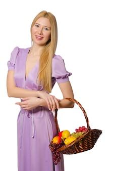 De holdingsmand van de blondievrouw met geïsoleerde vruchten