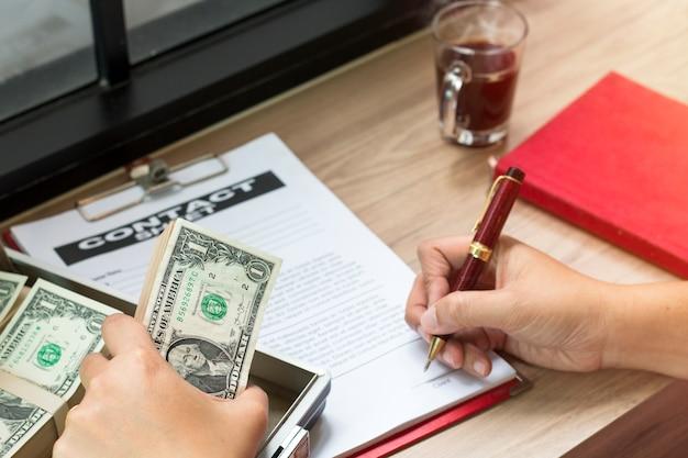 De holdingspen van de hand om bedrijfsdocument te schrijven.