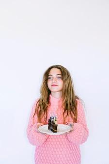 De holdingsplak van het meisje van chocoladecake
