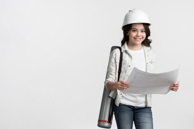 De holdingsschets van het vooraanzicht jonge meisje met exemplaarruimte