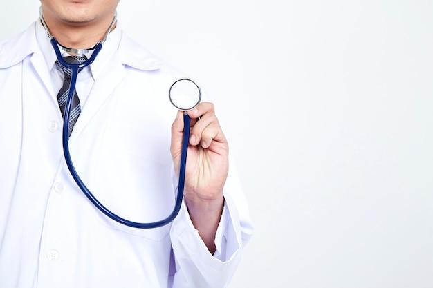 De holdingsstethoscoop van de arts op witte achtergrond