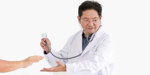 De holdingsstethoscopen van de hand aan gezondheidscontrole op witte achtergrond.