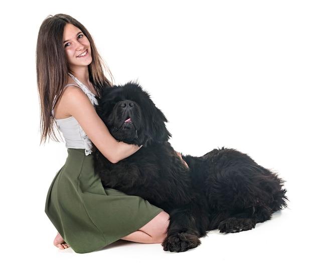 De hond en de vrouw van newfoundland