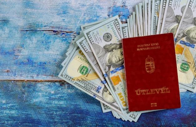 De hongaarse burgerschapspaspoorten met reizen in de geldbankbiljetten van honderd dollar