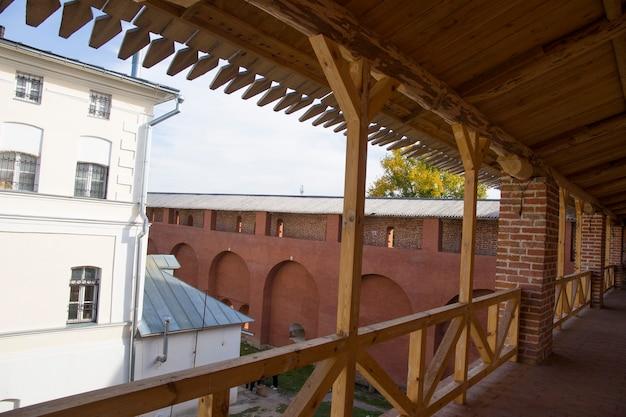 De hoofdgalerij van de verdedigingsmuren van het zaraisk kremlin