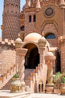 De hoofdingang van de al-sahaba-moskee in sharm el sheikh