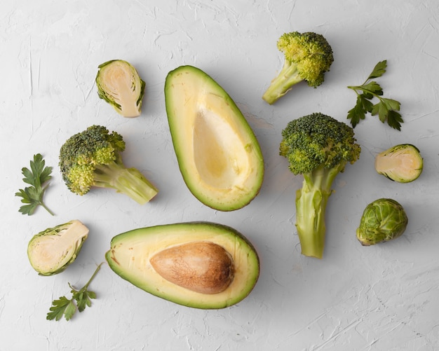 De hoogste avocado en de sla van de meningsspinazie op witte achtergrond