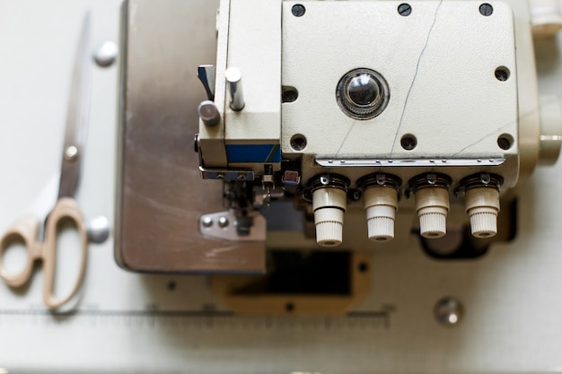 De hoogste details van de meningsclose-up op naaimachineoverlock