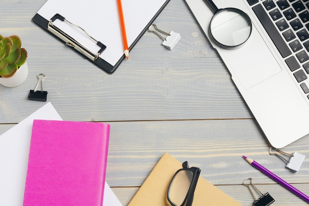 De hoogste mening van houten desktop met glazen en kantoorbehoeftenpunten sluit omhoog. bespotten