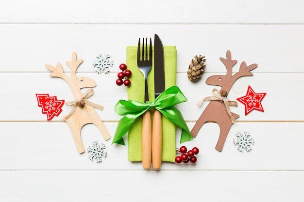 De hoogste mening van nieuwe jaarwerktuigen op servet met vakantiedecoratie en rendier op houten, sluit omhoog van het concept van het kerstmisdiner
