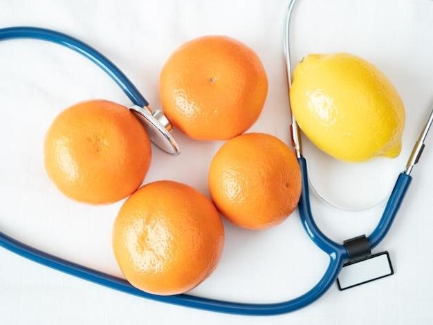 De hoogste mening van sinaasappel, citroen, het meten van band illustreert aan natuurlijk product voor het dieet van het gewichtsverlies