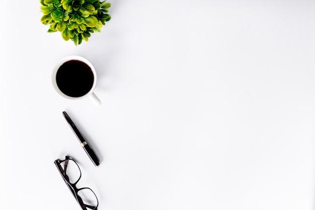 De hoogste vlakke mening van bureau modern met werkruimte in bureau met copyspace, legt.