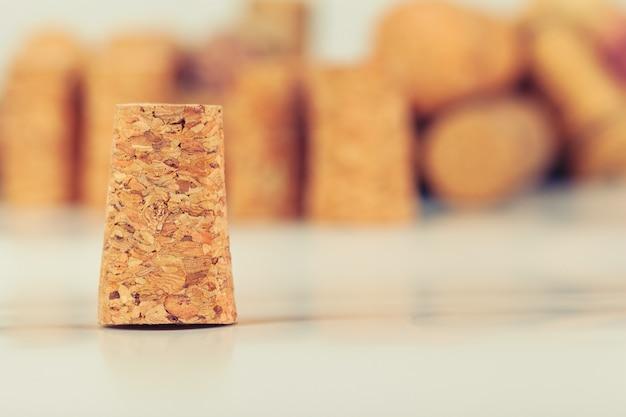 De hoop geassorteerde wijn kurkt op houten