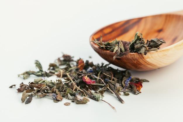 De hoop van droge theebladen sluit omhoog